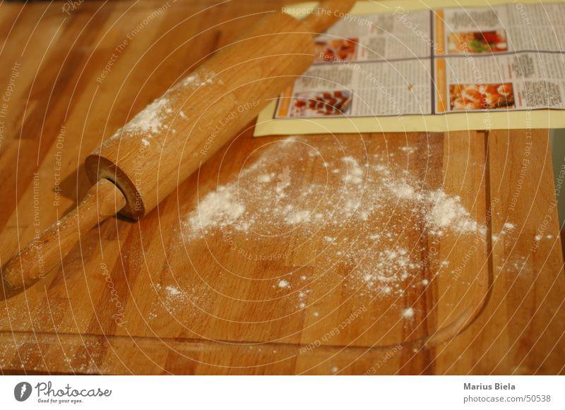 Backen? Ja, schon mal gehört... Ernährung Kochen & Garen & Backen Geruch Holzbrett Bildausschnitt Dezember Walze Mehl Manuelles Küchengerät Nudelholz