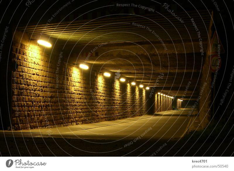 Tunnel-Blick Nacht dunkel leer Licht Lampe Unterführung Straße street light dark