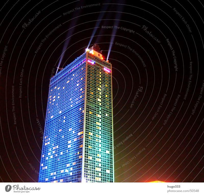 Berlin Alexanderplatz 2 blau dunkel Fenster Hochhaus Nachthimmel Illumination Nachtaufnahme Lichtstrahl