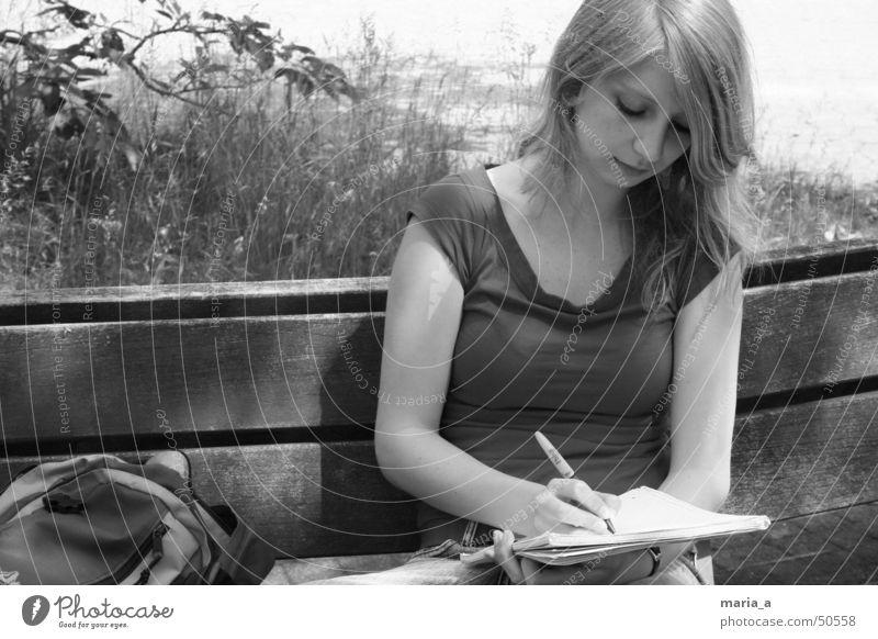 Sommer Papier Schreibstift Rucksack Gras Licht T-Shirt blond Konzentration schreibend Sonne collegeblock Bank Schatten ohring sitzen Schwarzweißfoto b/w