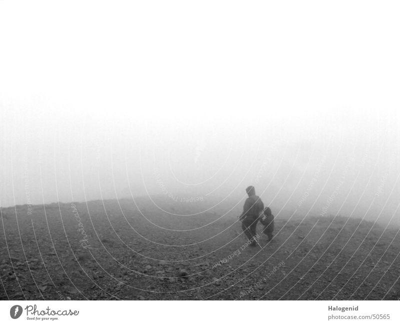 Nebelwanderung Kind alt ruhig Landschaft dunkel Stein Erde Denken Familie & Verwandtschaft leer Zukunft Trauer Vater Mond