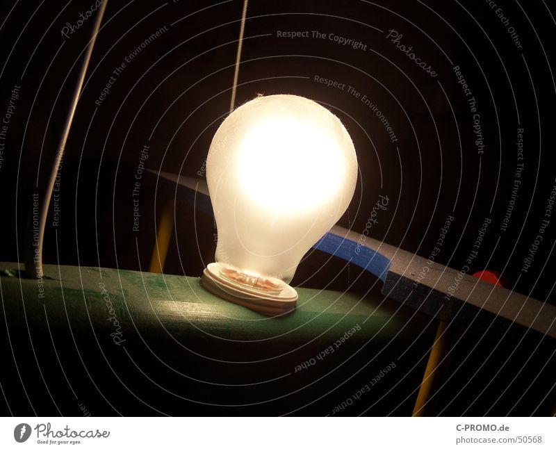 müßte mal wieder Staub wischen... schwarz Lampe dunkel hell Elektrizität Kabel Glühbirne Staub Halterung