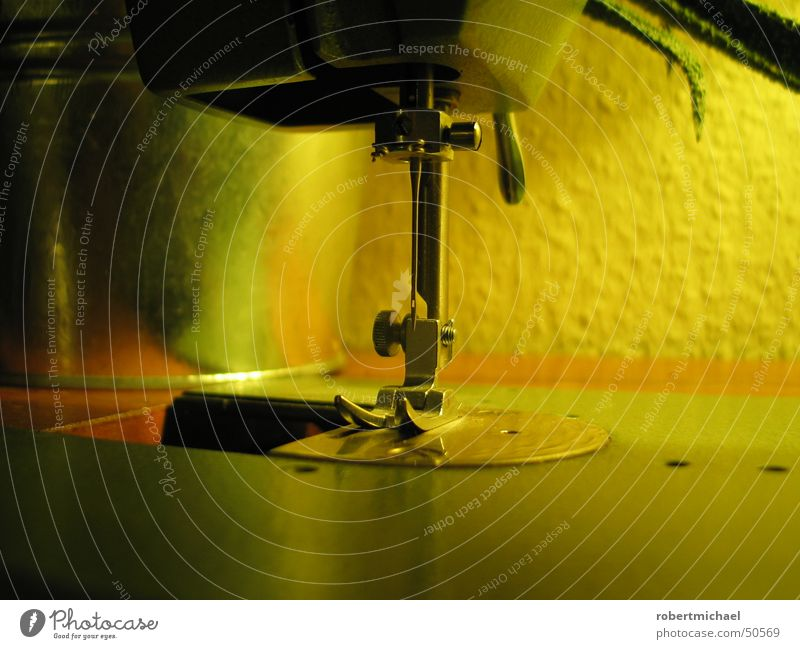 dekostück Nähmaschine Maschine Nähen Mechanik Bekleidung Holz Blumentopf Wand Raufasertapete Tapete gelb grün Physik retro fleißig Öhr Patchwork Handwerk
