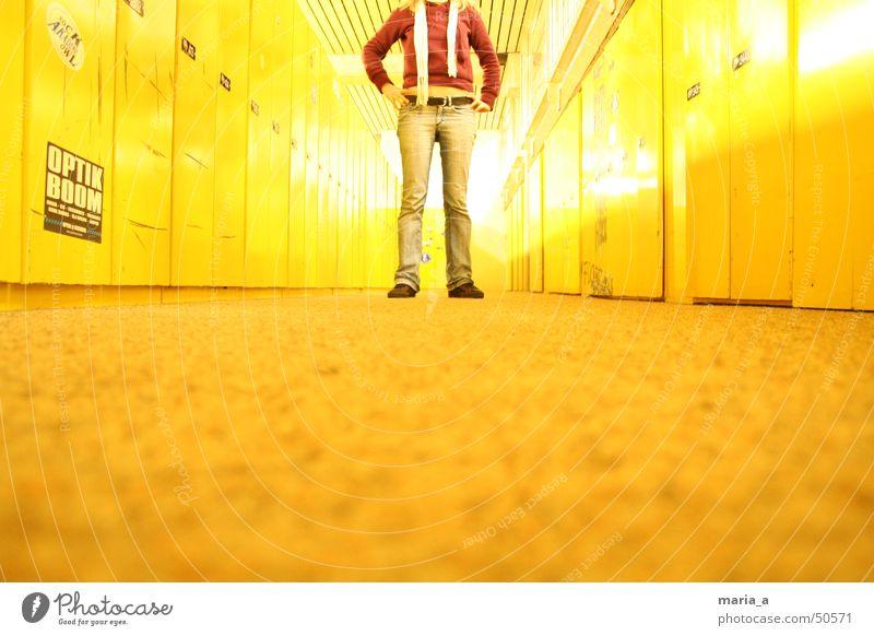 kopflos Fächer Teppich Gürtel Schuhe Schal Pullover Etikett bauchfrei gelb rot weiß Gelbstich Ziffern & Zahlen grell Fluchtpunkt selbstbewußt Schule Schließfach