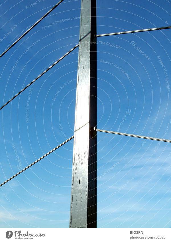 urbaner Tannenbaum Himmel blau Wolken Metall Brücke Säule Düsseldorf Rhein Träger Drahtseil Theodor-Heuss-Brücke