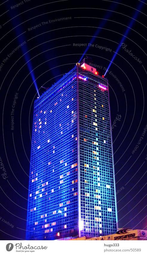 Berlin Alexanderplatz 3 blau dunkel Fenster Hochhaus Nachthimmel Illumination Nachtaufnahme Lichtstrahl