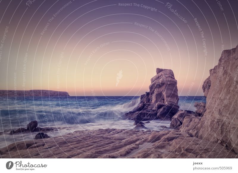 Widerstand Natur Wasser Himmel Wolkenloser Himmel Horizont Sommer Schönes Wetter Wellen Küste Meer Insel Kreta Stein hoch Spitze wild blau braun gelb Hoffnung