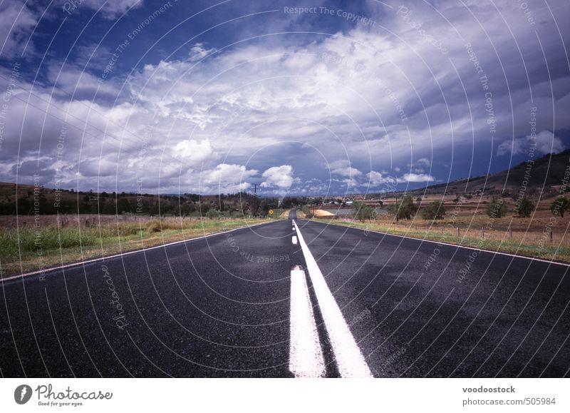 Straße durch die Landschaft Ausflug Ferne Himmel Wolken Horizont Hügel Verkehr Autobahn fahren Müdigkeit Hoffnung Rollfeld Asphalt weiße Linien Überholen Route