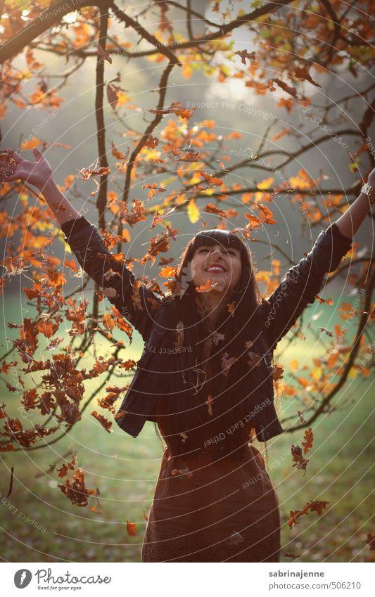 goldregen Lifestyle Freude feminin Junge Frau Jugendliche Erwachsene 1 Mensch 18-30 Jahre Kleid Jacke Leder schwarzhaarig brünett langhaarig Gefühle Glück