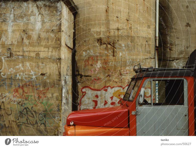 Rasender Stillstand Wand porös Beton Lastwagen Motorhaube rot Außenaufnahme Bunker Berlin Graffiti fahrerhaus orange