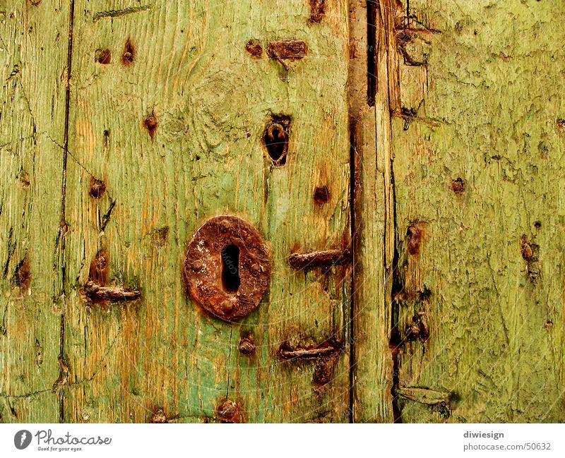 Altes Torschloss alt grün gelb Holz Tür Burg oder Schloss Tor Rost Loch Schlüssel Furche Nagel Splitter