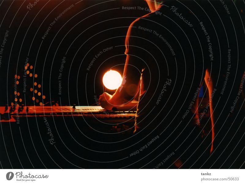 Backstage elektronisch Bühne Musikmischpult Elektrisches Gerät Licht rot Innenaufnahme Schnur Elektronik Scheinwerfer orange