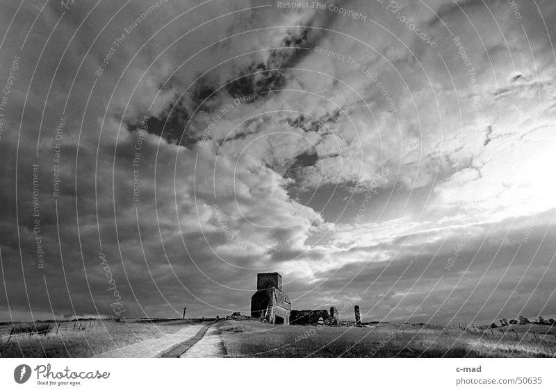 Abbey auf Derwenish Island weiß Sommer schwarz Wolken Landschaft Religion & Glaube Rücken Fluss Baustelle Turm Bauwerk Gewitter Ruine Friedhof Grab Nordirland
