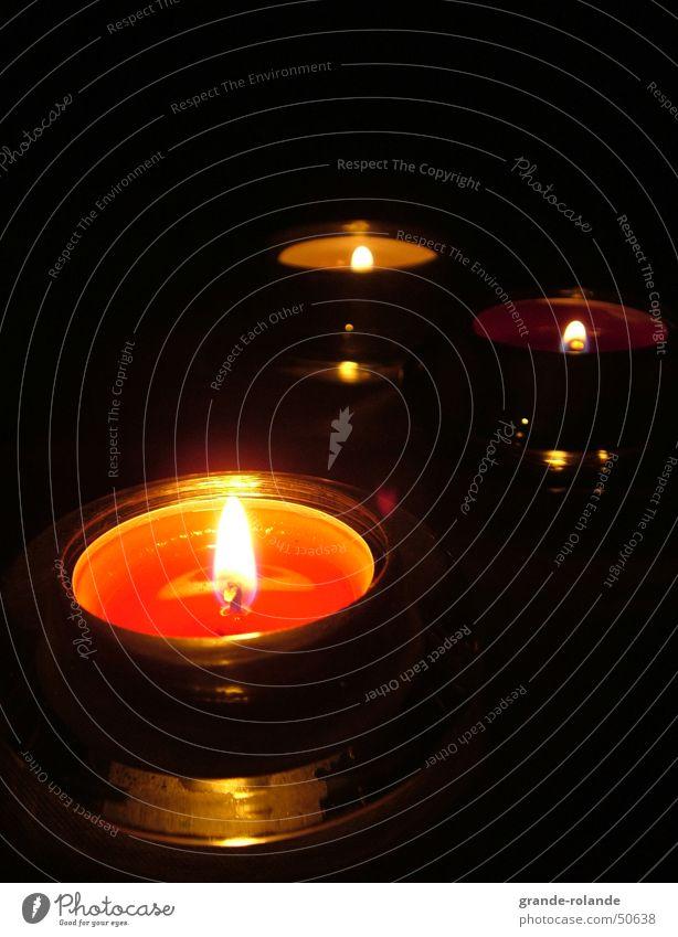 3 Teelichter Licht Kerze Physik gemütlich Wachs Kerzenschein erleuchten rot dunkel Weihnachten & Advent Wärme candle Kerzendocht candlelight