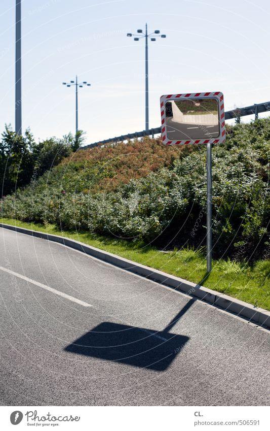 klare kanten Himmel Sonne Sommer Schönes Wetter Gras Sträucher Menschenleer Verkehr Verkehrswege Straßenverkehr Autofahren Wege & Pfade Verkehrszeichen