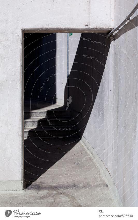 gang Menschenleer Industrieanlage Parkhaus Gebäude Architektur Mauer Wand Treppe Fassade trist Stadt grau Angst Zukunftsangst Beginn Ende Wege & Pfade dunkel