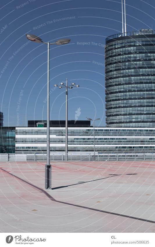 deck Himmel Stadt Wand Mauer Architektur Gebäude Fassade Hochhaus Schönes Wetter Platz Dach Laterne Wolkenloser Himmel parken Parkplatz Blauer Himmel
