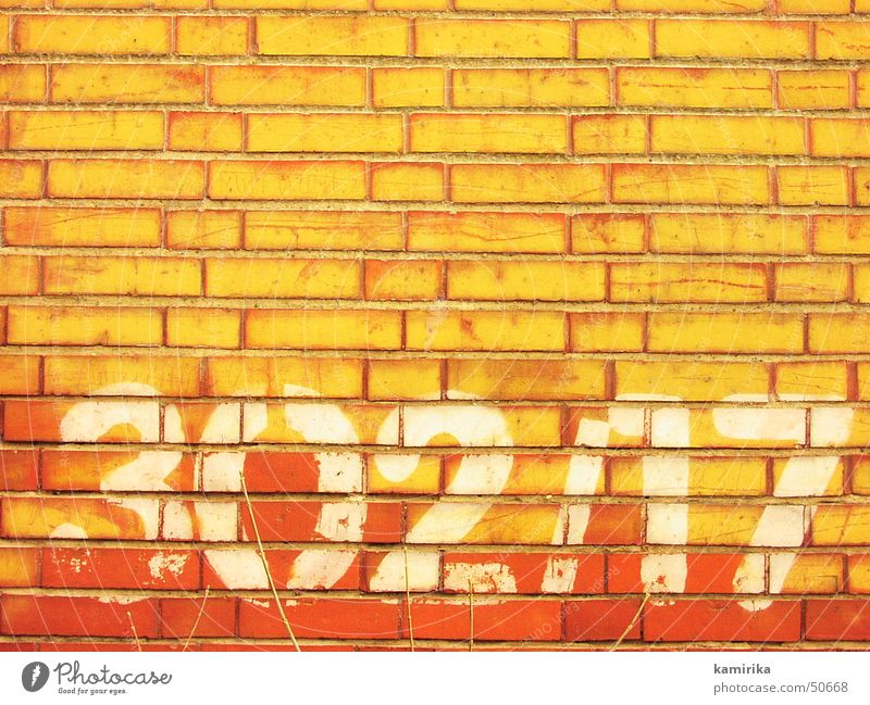 302/17 Wand Mauer Ziffern & Zahlen Backstein rot gelb abstrakt Graffiti graffitti grafitti hell Sonne Schatten