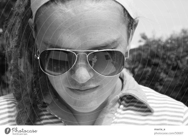 Nachtwache Frau Jugendliche Zufriedenheit Kunst Buch lernen lesen T-Shirt Brille Sträucher Spiegel Sonnenbrille Rastalocken Kragen Pornobrille Haarband