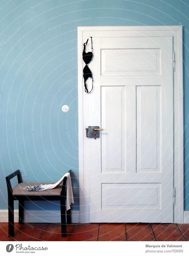 Damenbesuch II alt blau weiß Farbe schwarz Tür Wohnung geschlossen Romantik Burg oder Schloss Haus Schlafzimmer Villa Schlafanzug Besucher