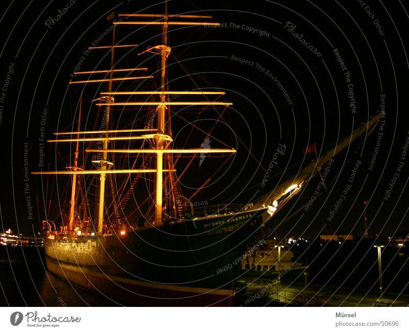 Segelschiff dunkel Hafen