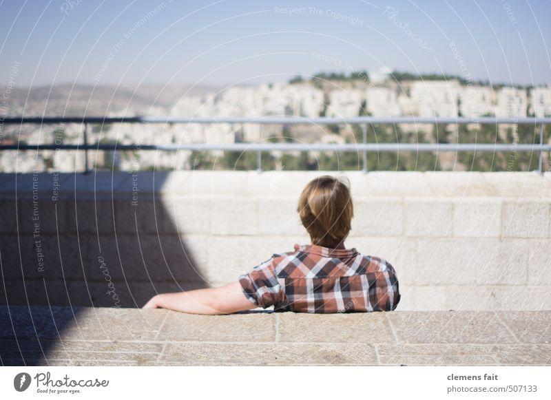 Enjoy the view Jugendliche Mann Stadt Erholung ruhig Ferne Junger Mann Stein Geländer Hemd bewegungslos kariert überblicken Israel Jerusalem geradeaus
