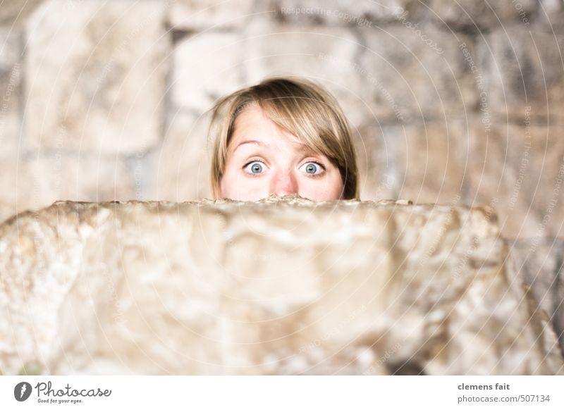 Du schon wieder Gesicht Auge Mauer Stein Neugier Überraschung Hälfte erstaunt Schrecken aufreißen herausschauen
