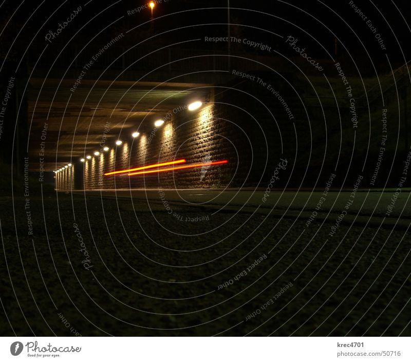 Nachtfahrt Tunnel Licht dunkel Autoscheinwerfer rot Straße Unterführung schweinwerfer hell