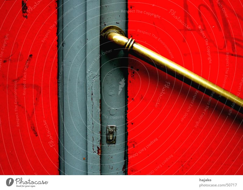 Rote Tür rot grau Graffiti gold Burg oder Schloss Griff