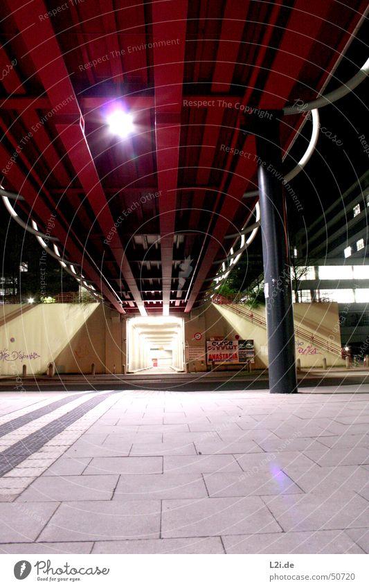 on the way to ... weiß rot schwarz Straße Lampe dunkel grau Mauer Graffiti Studium Brücke modern Tunnel Säule Bodenplatten