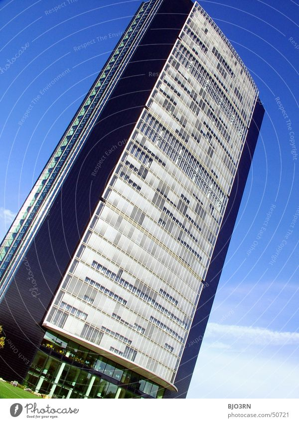 der etwas andere Pferdestall... Himmel blau Wolken Haus Fenster Gras Gebäude hoch Hochhaus groß Baustelle Macht Düsseldorf Arbeitsplatz Bürogebäude