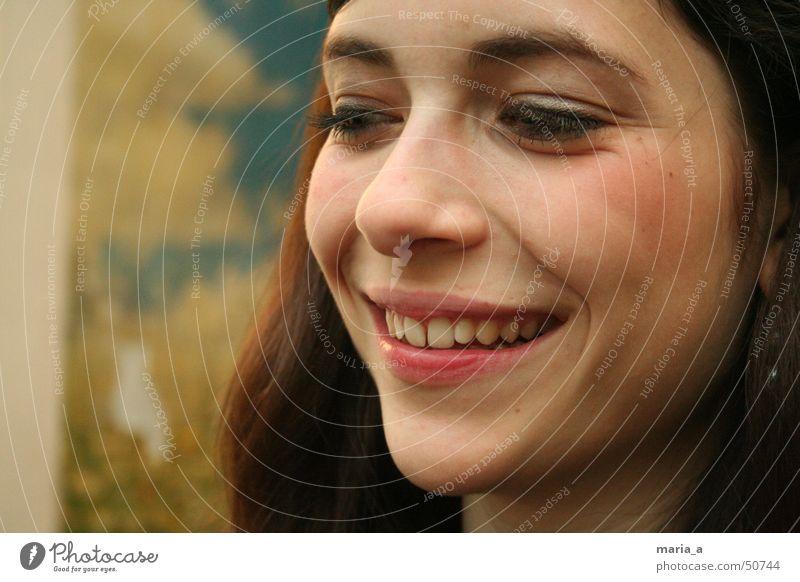 keep smiling lachen lustig Glück Lächeln Junge Frau Jugendliche Porträt Frauengesicht Anschnitt Bildausschnitt Zähne Wegsehen brünett dunkelhaarig langhaarig