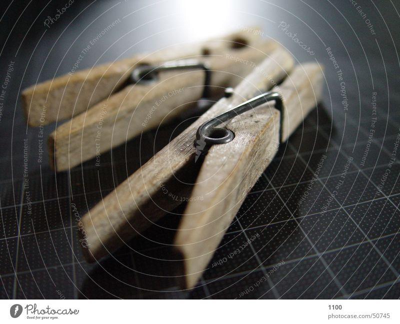 Zwei Klammern Wäscheklammern Licht dunkel Holz hell schneidematte Makroaufnahme Reflexion & Spiegelung liegen