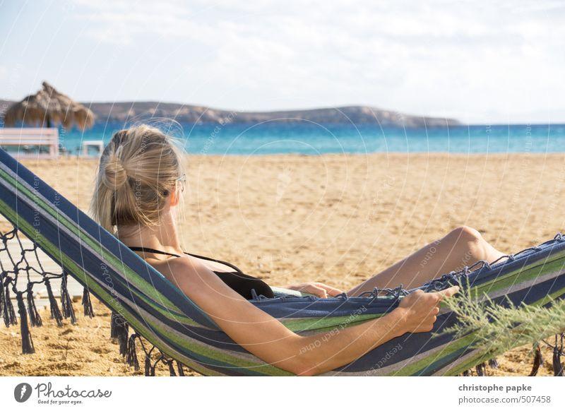 Hängenlassen Lifestyle Wohlgefühl Zufriedenheit Erholung Ferien & Urlaub & Reisen Tourismus Sommer Sommerurlaub Sonne Sonnenbad Strand Meer feminin Junge Frau