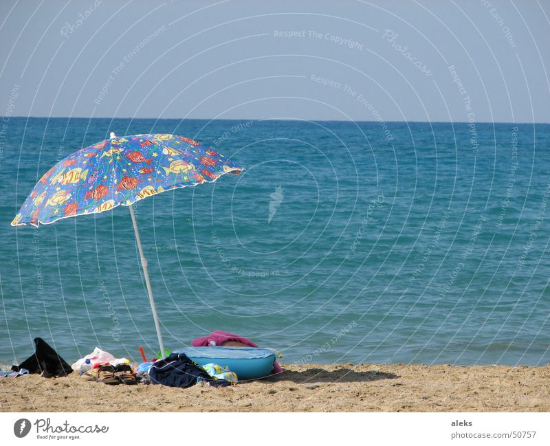 zum schwimmen gegangen Sonnenschirm Meer Strand braun Bekleidung Gepäck vergessen mehrfarbig Griechenland Luftmatratze blau Sand zurückgelassen liegengelassen