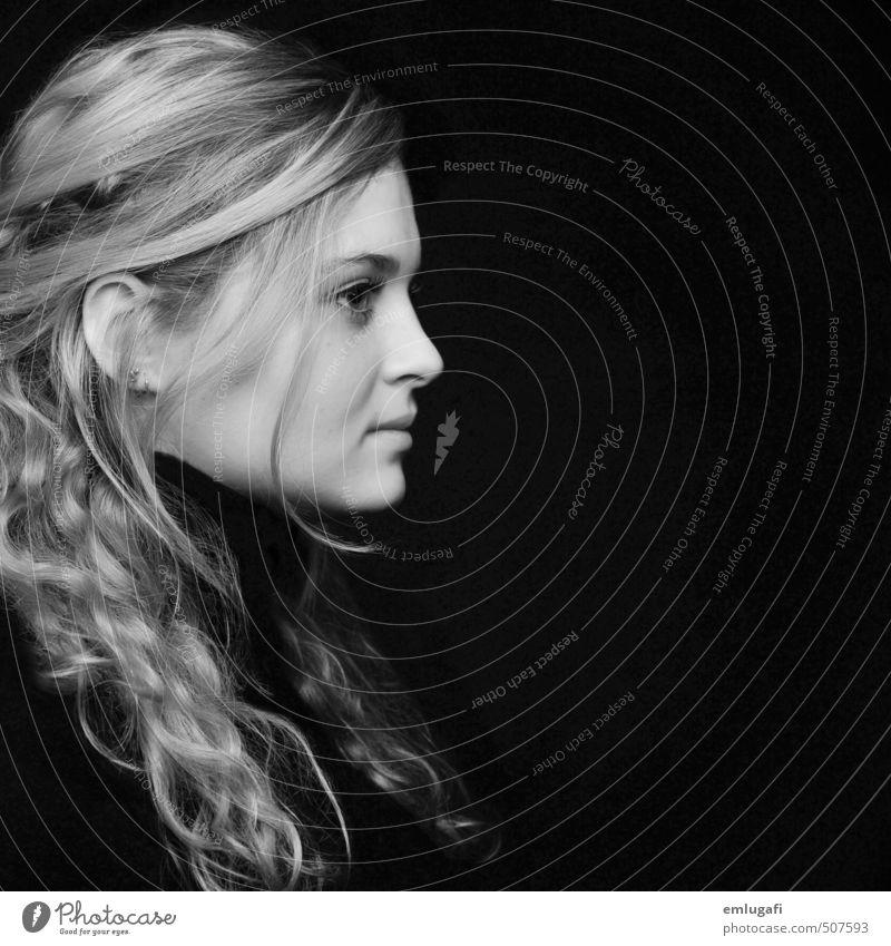 S/W Mensch feminin Junge Frau Jugendliche Gesicht 1 13-18 Jahre Kind Pullover blond Locken Blick schwarz weiß Kraft Willensstärke diszipliniert Schwarzweißfoto