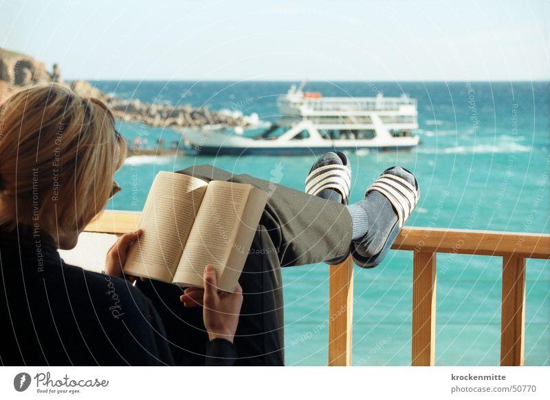 ferienroman Frau Meer Ferien & Urlaub & Reisen Erholung Wasserfahrzeug Raum Buch lesen Pause Aussicht Hotel Balkon Geländer Sonnenbrille Griechenland