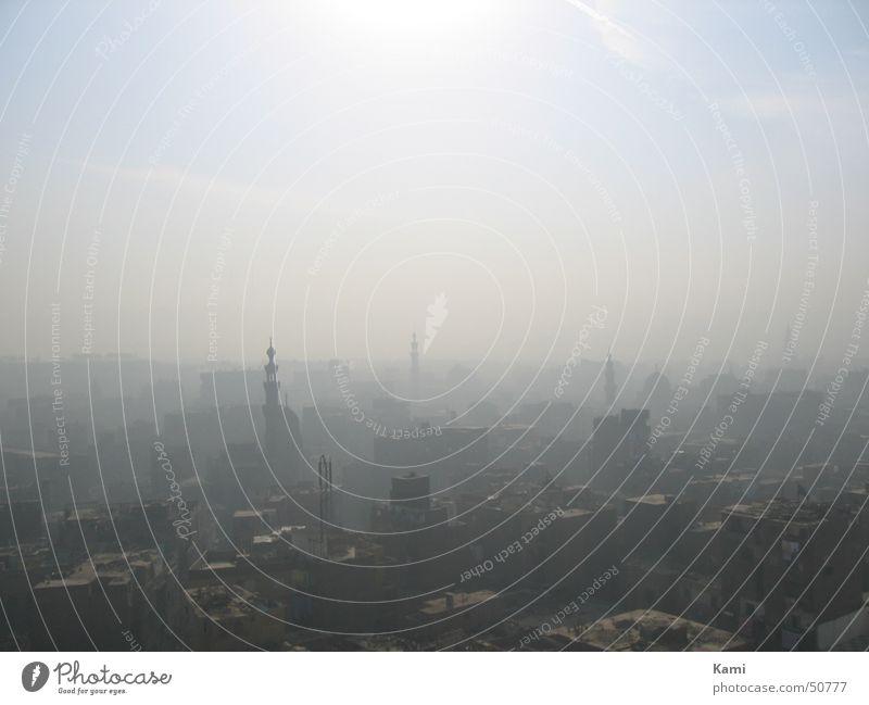 Kairo im Dunst Himmel Sonne Stadt Landschaft dreckig Nebel groß Aussicht Dach Afrika verfallen Staub Ägypten Smog