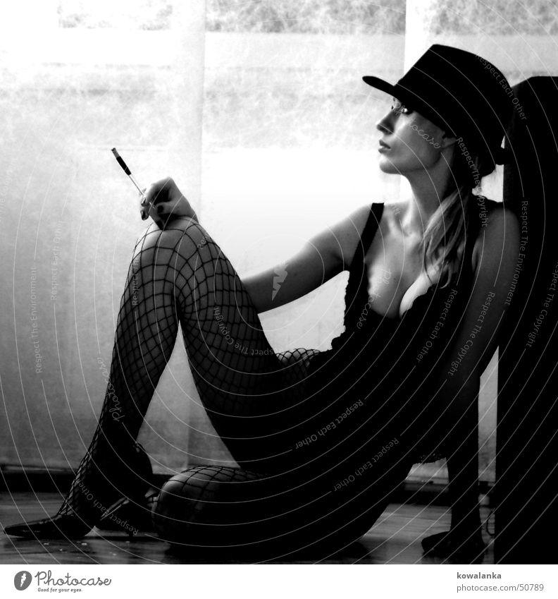 interval Frau Erholung feminin Denken Beine warten Rauchen Hut Zigarette Varieté Zigarettenspitze