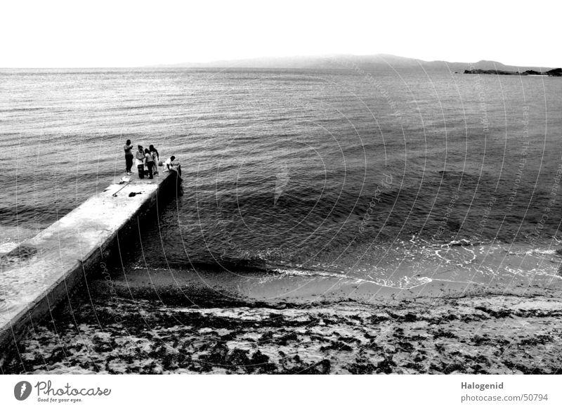 das düstere Meer Wasser Ferien & Urlaub & Reisen Meer Strand Ferne Landschaft Küste Menschengruppe Horizont mehrere Europa Steg Angeln Anlegestelle Griechenland Angler