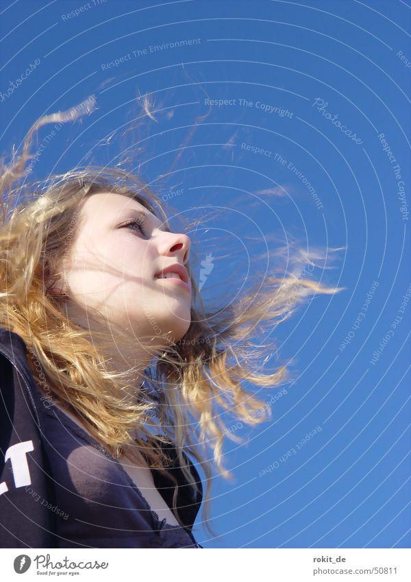 Der Sommerwind..... See Frau Haare & Frisuren Fernweh Meer blond Strand langhaarig zerzaust Brennpunkt Junge Frau fixieren Perspektive Horizont Aussehen