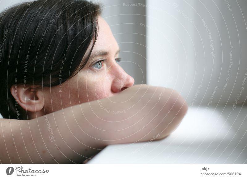 blues Lifestyle ruhig Frau Erwachsene Leben Gesicht 1 Mensch 30-45 Jahre Fenster Denken Blick träumen authentisch nah blau schwarz Gefühle Stimmung Vorsicht