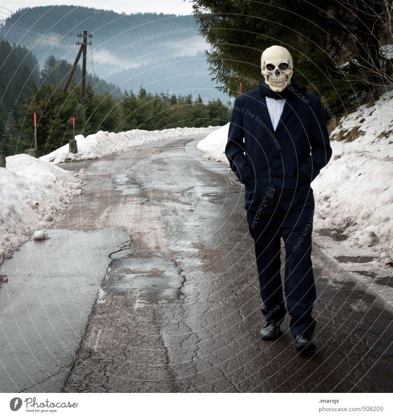 Annäherung Halloween androgyn Körper 1 Mensch Umwelt Natur Landschaft Winter Klima schlechtes Wetter Wald Verkehrswege Straße Wege & Pfade Maske Zeichen gehen