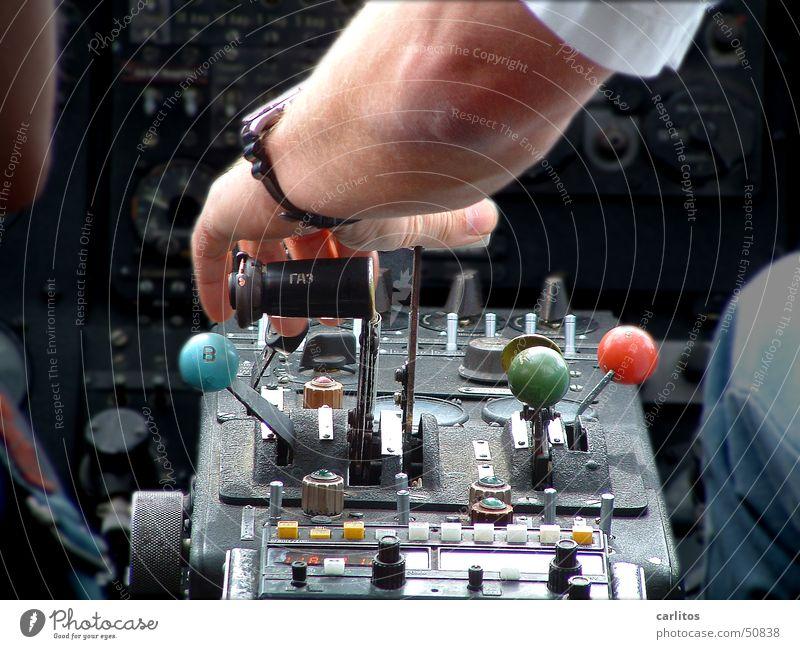 Pilot im Cockpit | Führungsstärke Frachtflugzeug Flugzeug Luftverkehr Kapitän Vorgesetzter Erfolg Maschine Schweben Triebwerke Motor Kraft Karriere kompetent