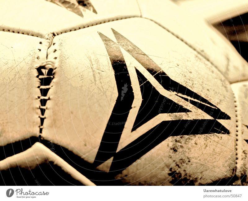 Fussball Narben alt rund schwarz weiß Muster Sechseck Spielen aufgehen Zerreißen kaputt gezeichnet platzen Riss Spuren dreckig Naht Nähgarn Schnur Leder