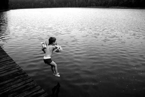 DER SPRUNG See Ferien & Urlaub & Reisen Steg Schwimmhilfe schwarz Sommer Wasser Schwimmen & Baden masuren Junge