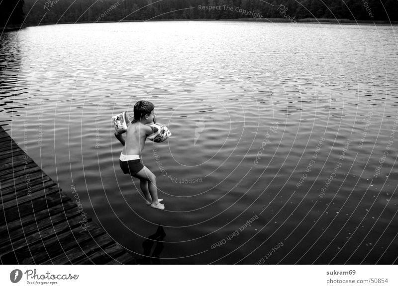 DER SPRUNG Wasser Sommer Ferien & Urlaub & Reisen schwarz Junge See Schwimmen & Baden Steg Schwimmhilfe