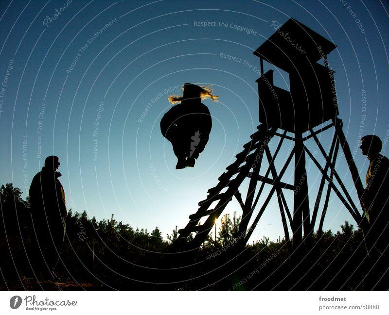 Forstarbeit springen Gegenlicht Aktion Publikum Wald Schießbude Hochsitz Haare & Frisuren Sonne förster Leiter Schatten fliegen fly Freude Natur Silhouette