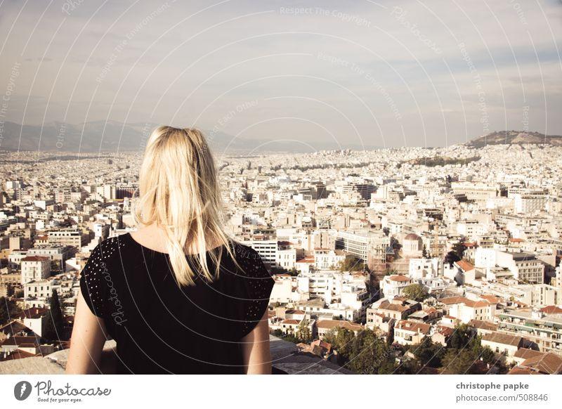 Überblick verschaffen - Athen Mensch Jugendliche Ferien & Urlaub & Reisen Stadt Sommer Junge Frau Haus Ferne 18-30 Jahre Erwachsene feminin blond Schönes Wetter