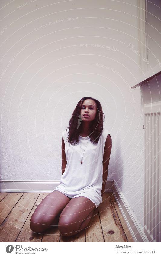 sei nicht still Junge Frau Jugendliche Kopf Beine 18-30 Jahre Erwachsene Flur Dielenboden Heizung Fenster Hemd Schmuck schwarzhaarig langhaarig Locken knien